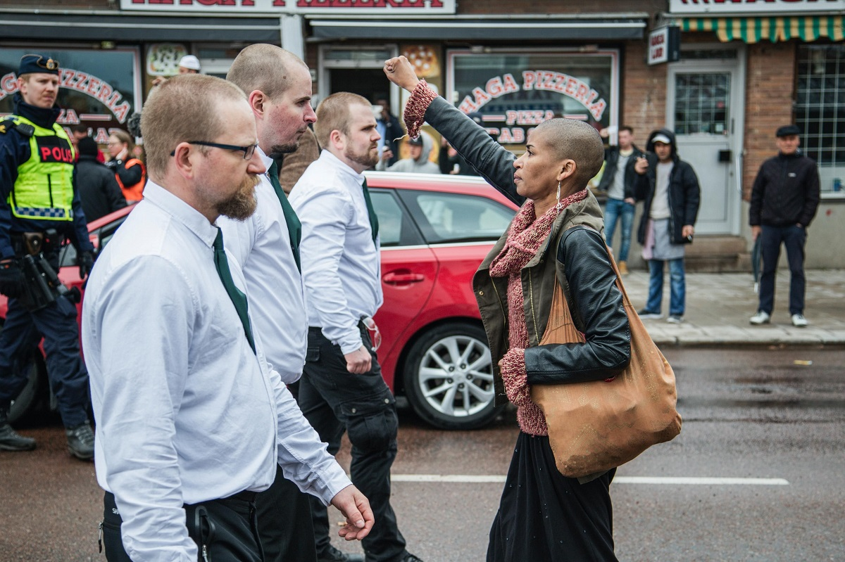 Η Tess Asplund αντιμετωπίζοντας νεο-ναζιστές στο Borlange της Σουηδίας, το 2016. Φωτογράφος, David Lagerlöf.