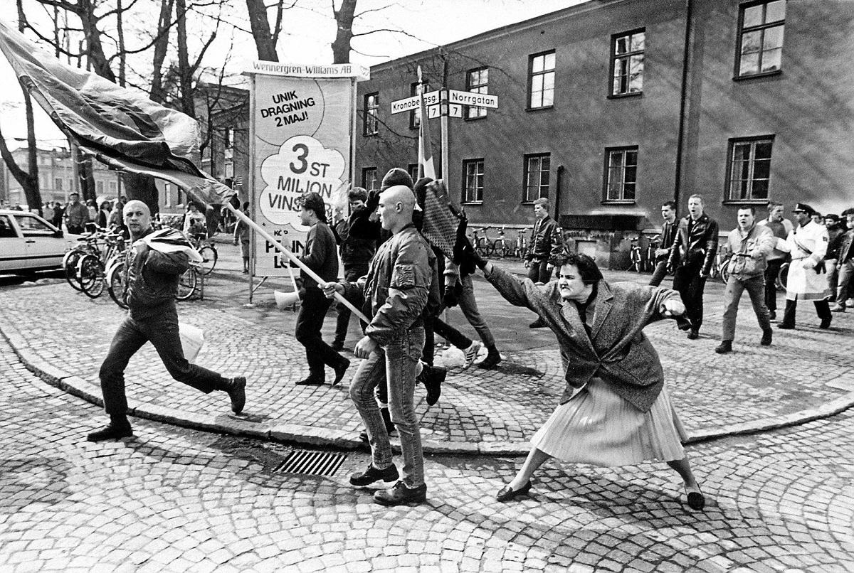 Η Danuta Danielsson, επιτίθεται με την τσάντα της σε νεο-ναζί. Vaxjo, Σουηδία, 1985. Φωτογράφος: Hans Runesson