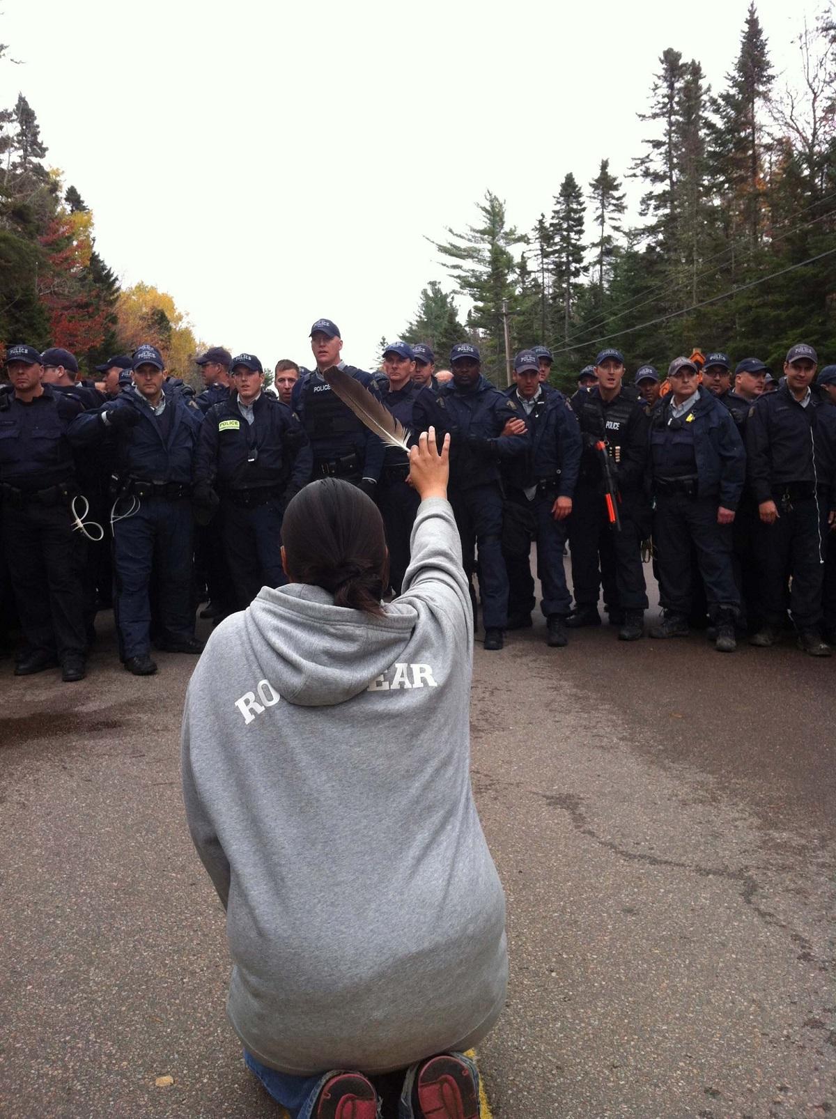H Amanda Polchies των ιθαγενών της φυλής των Μικμάκ σε διαμαρτυρία κατά της εξόρυξης στην γη που τους ανήκει. Στο New Brunswick του Καναδά, το 2013. Φωτογράφος: Ossie Michelin