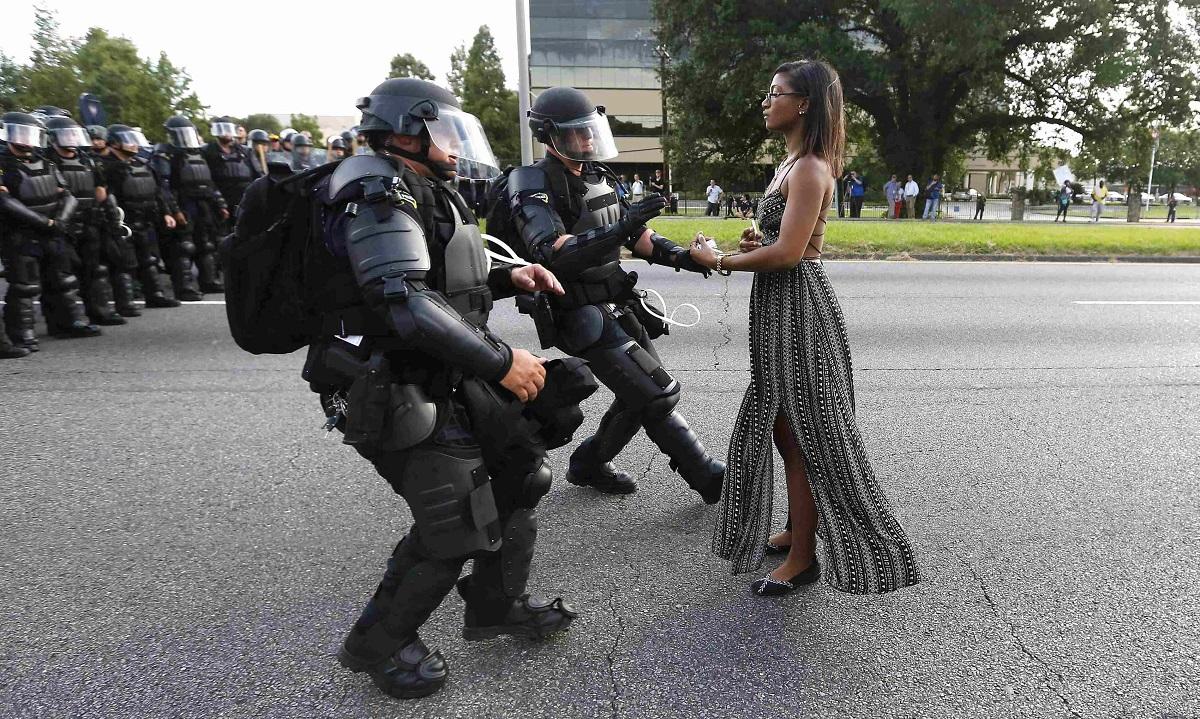 """Η Iesha Evans στη διαμαρτυρία """"Black Lives Matter"""" (οι """"Μαύρες Ζωές Αξίζουν"""") στο Μπατόν Ρουζ, στις Ηνωμένες Πολιτείες Αμερικής, το 2016. Φωτογράφος: Jonathan Bachman"""