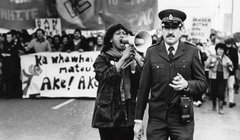 Γυναίκα που διαμαρτύρεται για το Απαρτχάιντ της Νοτίου Αφρικής. Κατά τη διάρκεια της επίσκεψης της ομάδας της χώρας στη Νέα Ζηλανδία, για αγώνες ράγκμπυ. Το 1981.