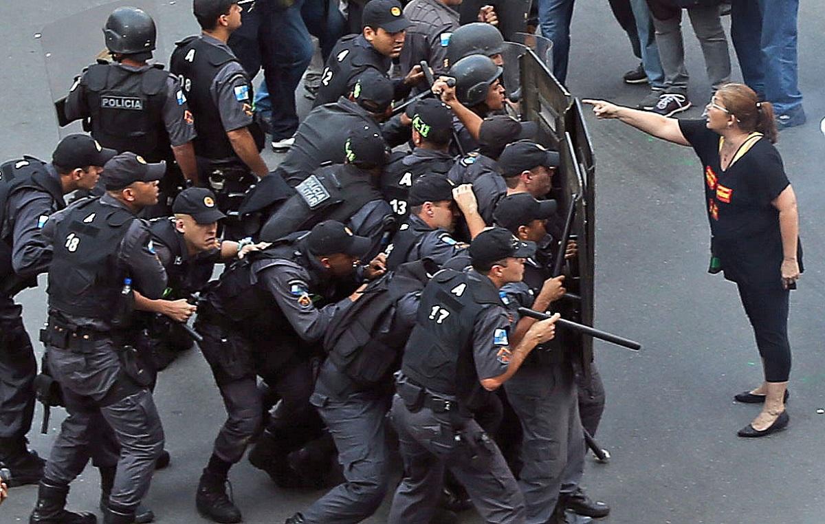 Γυναίκα σε διαμαρτυρία υπέρ των δικαιωμάτων των δασκάλων στο Ρίο Ντε Τζανέιρο της Βραζιλίας, το 2015.  Φωτογράφος: Fabio Motta