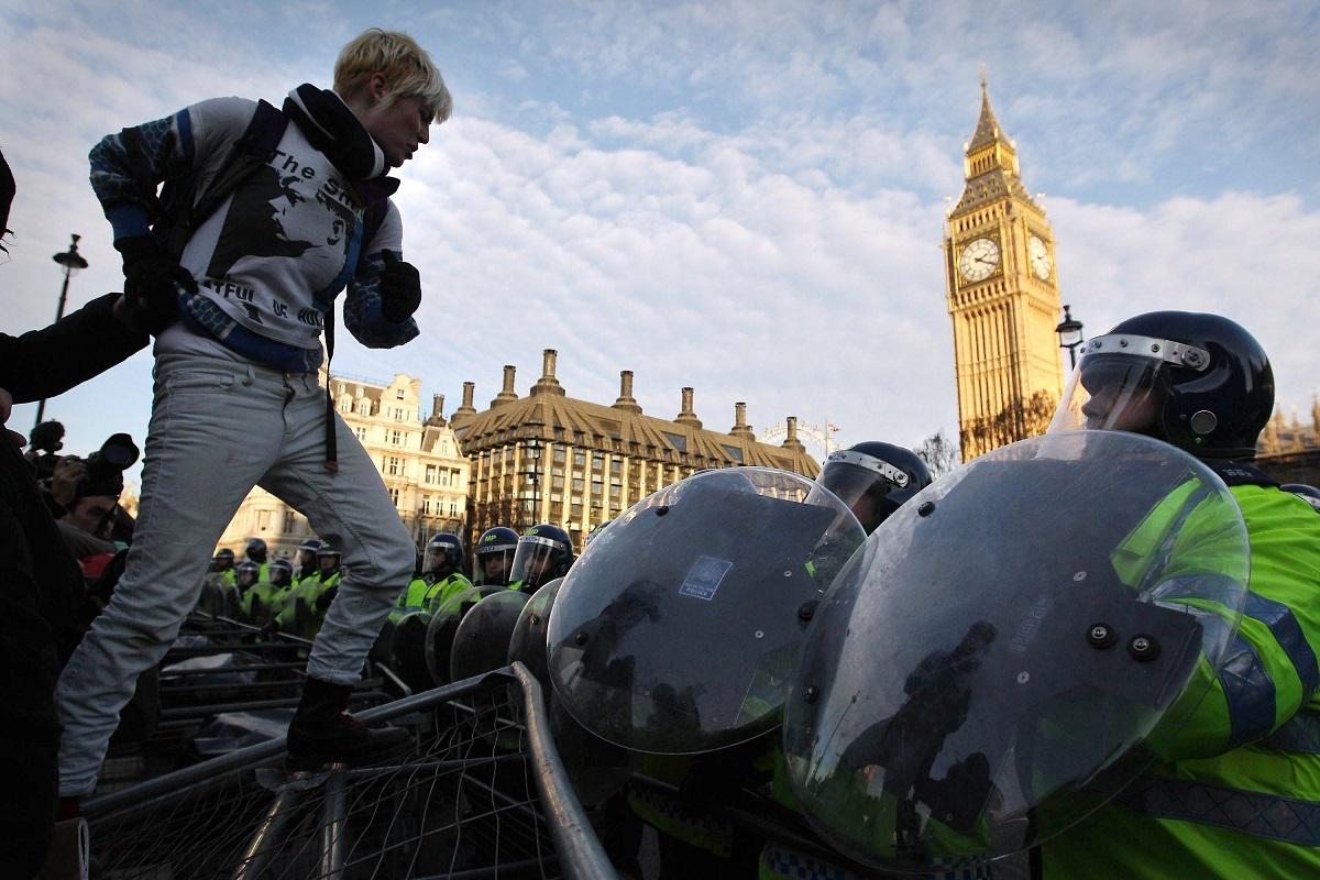 """Η """"φοιτήτρια με το μπλουζάκι των Smiths"""", σε διαμαρτυρία για τα δίδακτρα, στο Λονδίνο, Αγγλία, το 2010. Φωτογράφος: Oli Scarff"""