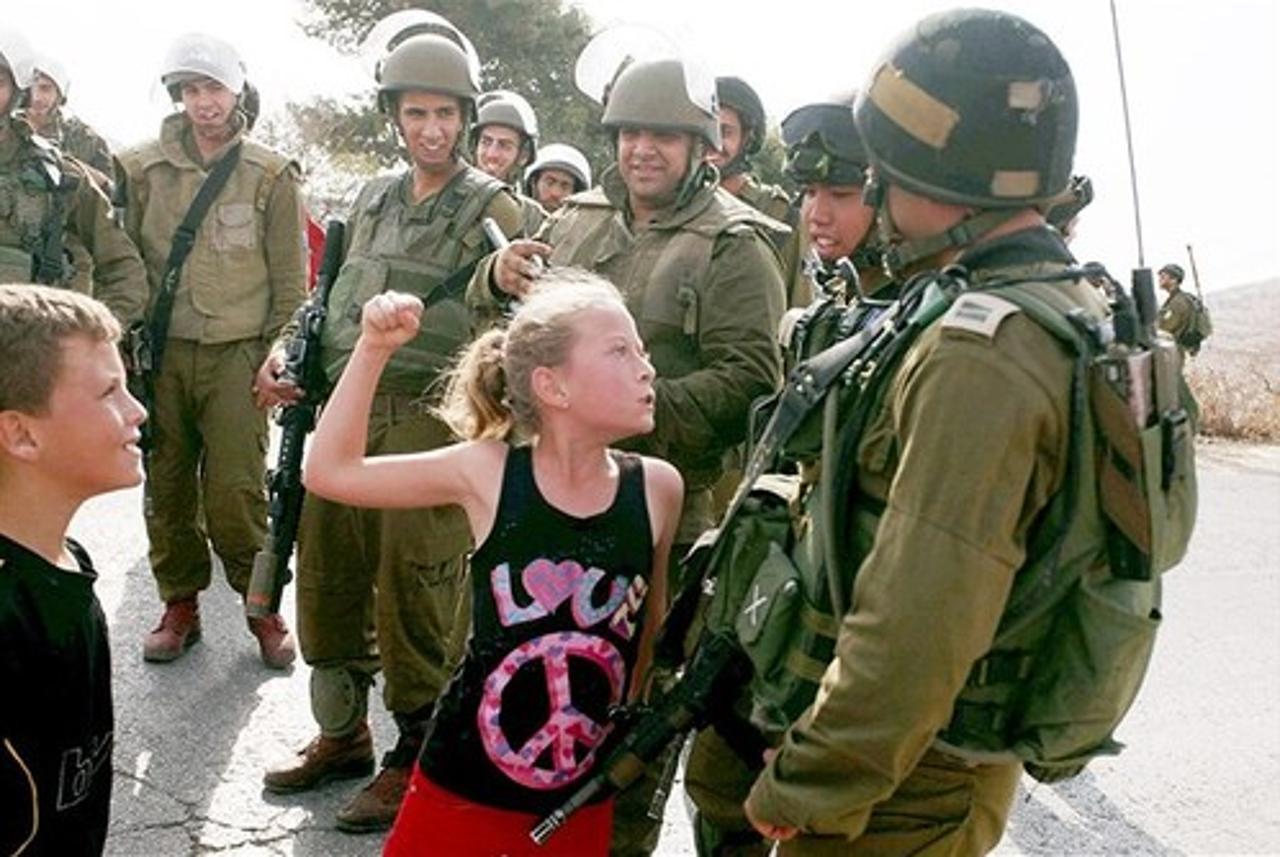 Η δωδεκάχρονη Ahed Tamimi, μπροστά σε στρατιώτες του IDF, στη Δυτική Όχθη, το 2012...