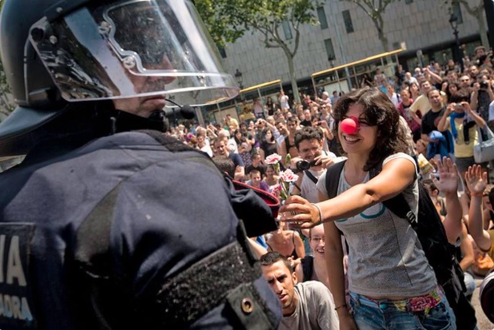 Η διαδηλώτρια Cristina Perez Diaz, λίγο πριν την κατάληψη της Πλατείας Catalunya από τις αστυνομικές δυνάμεις. Βαρκελώνη, Ισπανία, το 2011.