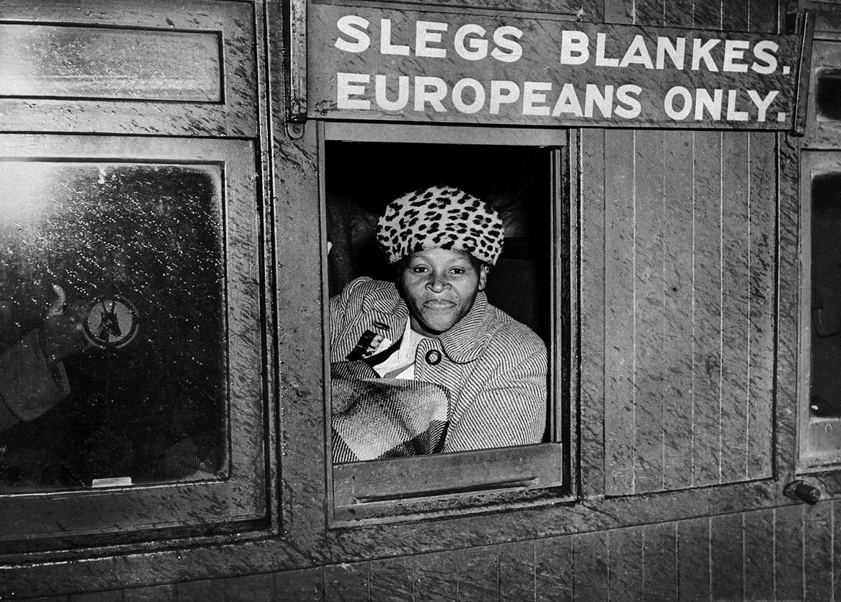 """Η κυρία που έσπασε το κατεστημένο των """"λευκών"""" θέσεων στα τραίνα της Νοτίου Αφρικής κατά το Απαρτχάιντ. Στο 1952..."""